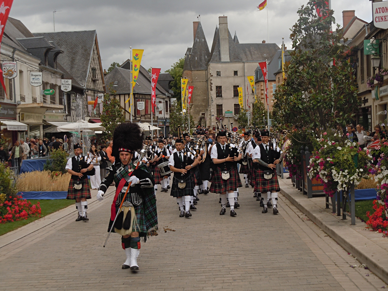 Aubigny-sur-Nère Scottish French festivities Askol ha Brug Pipe Band  © 2011 Scotiana
