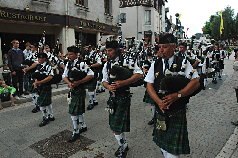The Aubigny-sur-Nère pipe-band parading at the Scottish-French festivities  © 2011 Scotiana