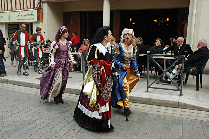 Ladies wearing mediaeval dresses in the Scottish-French festivities in Aubigny-sur-Nère  © 2011 Scotiana