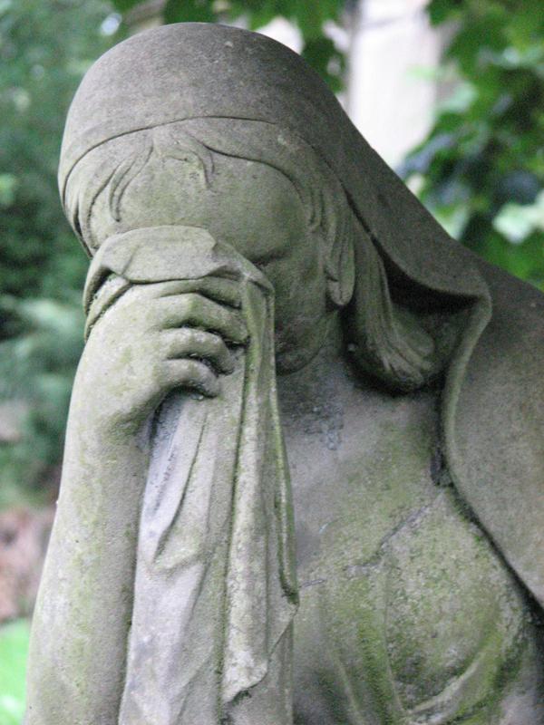 Glasgow Necropolis weeping woman statue © 2007 Scotiana