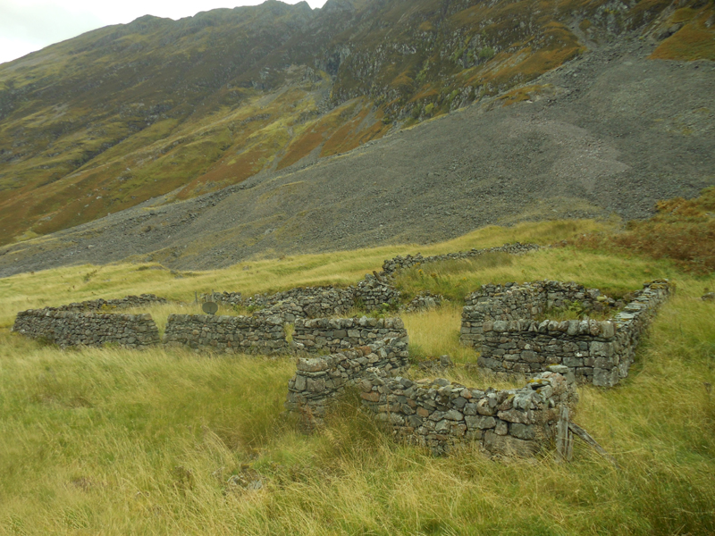 Ruined houses in Glen Coe near loch Achtriachtan © 2012 Scotiana