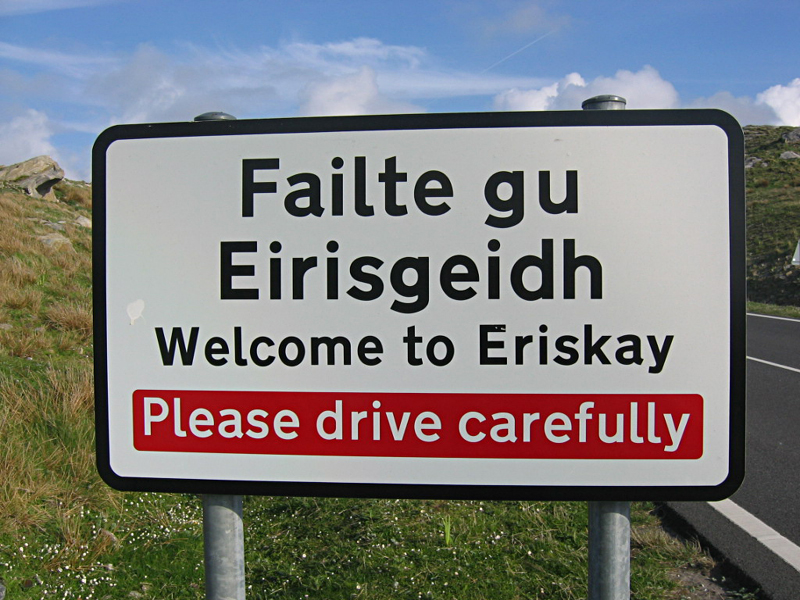 Welcome to Eriskay road sign © 2004 Scotiana