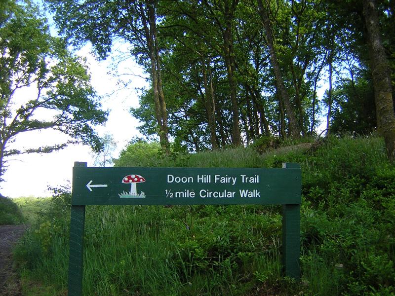 Doon Hill signpost Aberfoyle © 2004 Scotiana