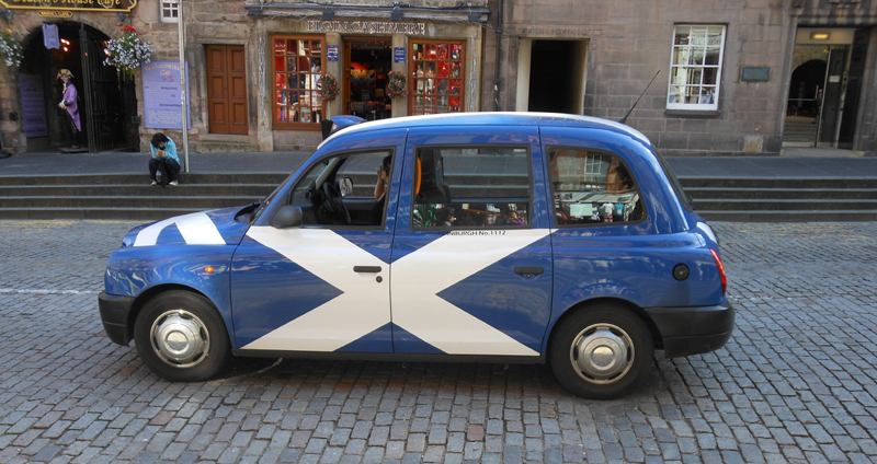 Edinburgh taxi with Scottish Saltire © 2012 Scotiana