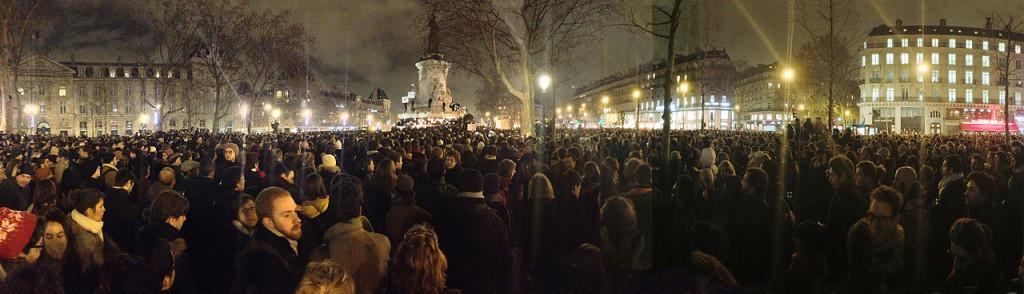 18h50  Place de la République à Paris : une foule silencieuse...