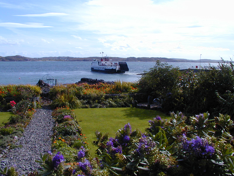 Iona seafront garden and the little ferry © 2004 Scotiana