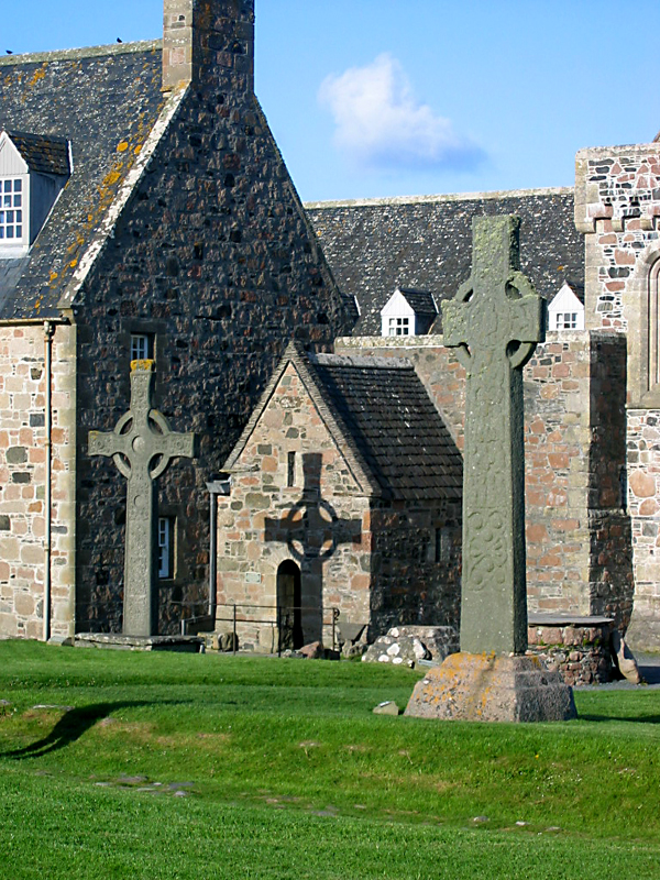 Iona Abbey entrance and crosses © 2004 Scotiana