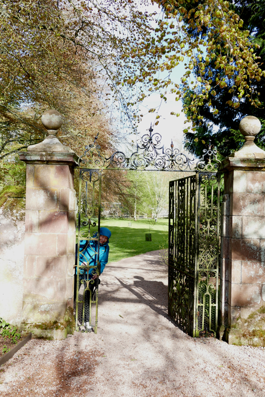 Fyvie Castle MA opening the gate © 2015 Scotiana
