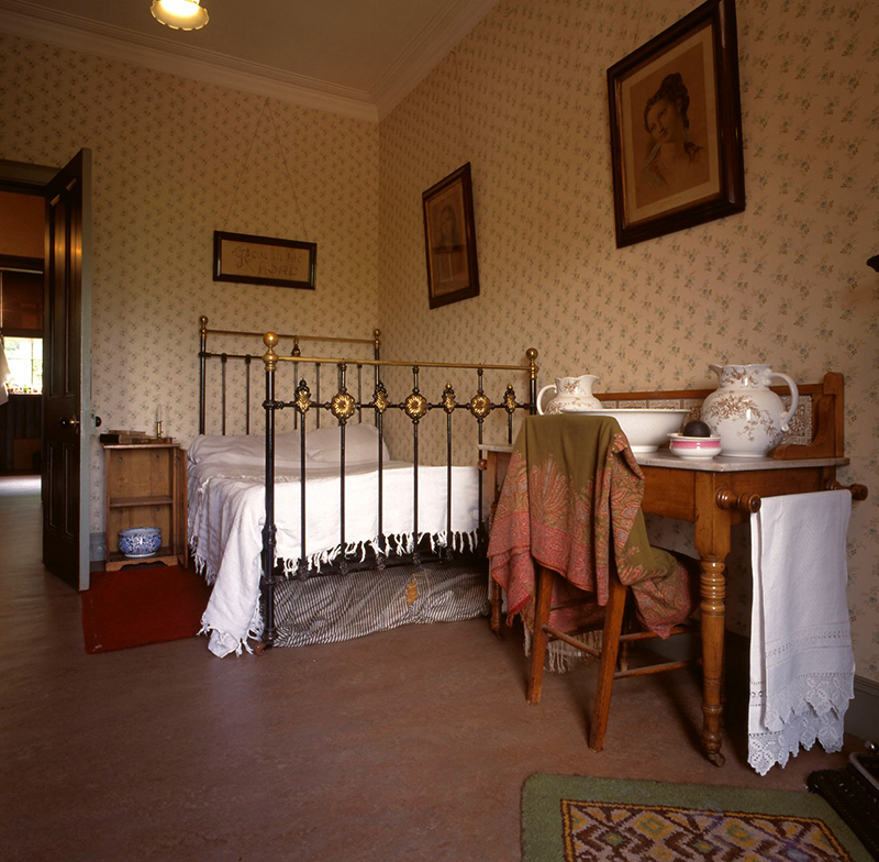 Miss Toward's bedroom in Glasgow Tenement House  © National Trust for Scotland