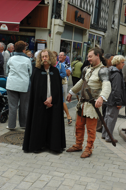 Aubigny-sur-Nère Scottish French festivities a knight and a man in a black cloak © 2011 Scotiana