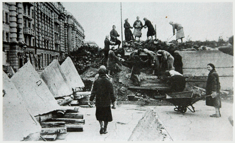 women building defences in the streets of Leningrad - Dear Allies Margaret Henderson - Monklands District Libraries 1988