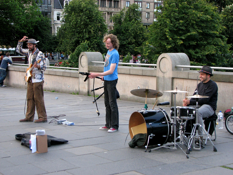A group of musicians in front of the National Galleries of Scotland © 2012 Scotiana