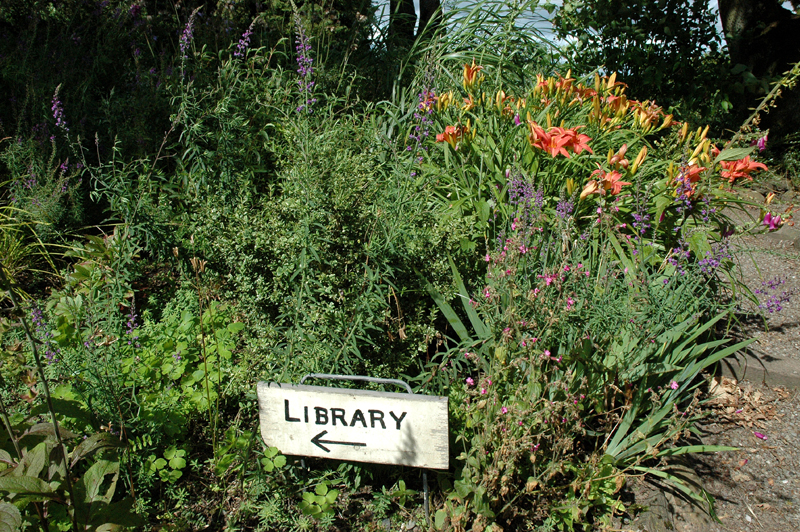 Innerpeffray gardens library sign © 2007 Scotiana