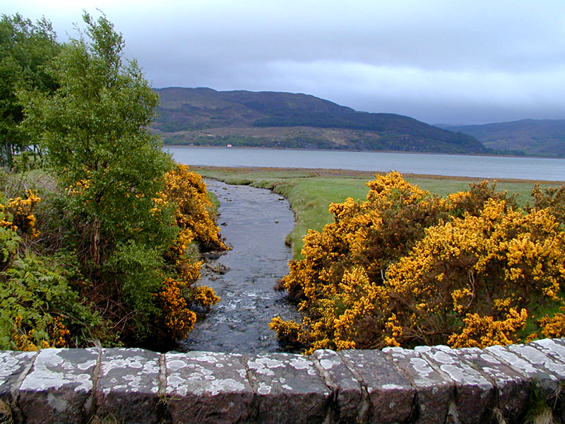 Lochcarron old stone bridge © 2001 Scotiana