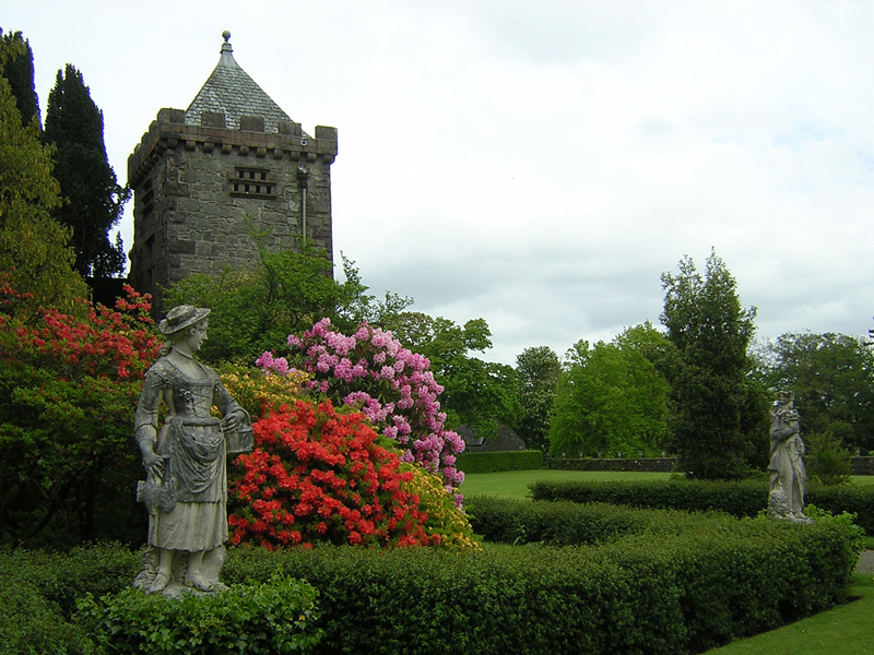 Statues, old tower and rhododendrons in Torosay gardens © 2004 Scotiana