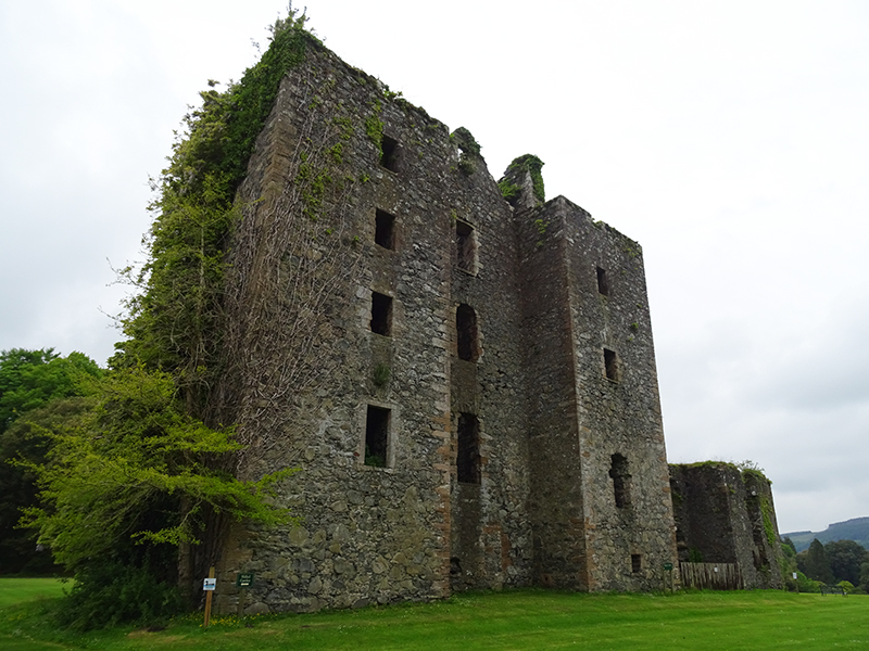 The ivy-covered ruins of Castle Kennedy © 2015 Scotiana