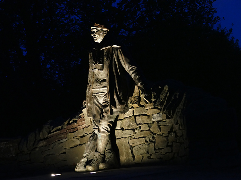 Tom Weir statue by night © 2015 Scotiana