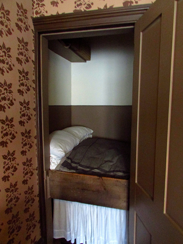 A box bed in Miss Toward'sTenement House in Glasgow © Glen Bowman Flickr - Photo Sharing