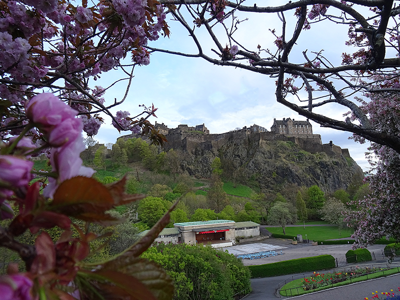 Edinburgh Castle & Ross Theatre in West Princes Street Gardens © 2015 Scotiana
