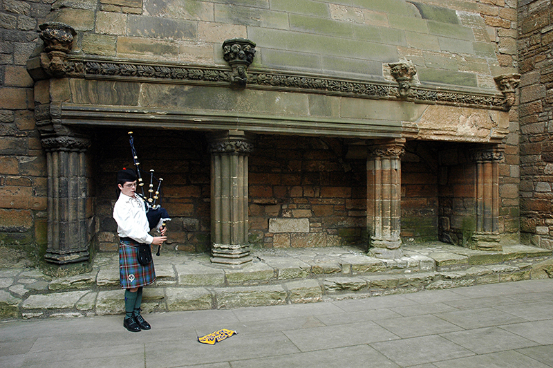 Linlithgow Palace Great Hall young piper fireplace © 2007 Scotiana