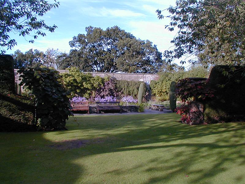 Falkland Palace lawn © 2006 Scotiana