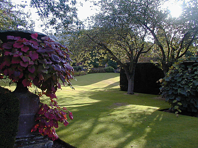 Falkland Palace Garden lawn and autumn urn© 2003 Scotiana