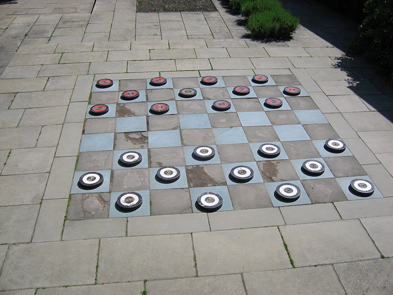 Falkland Palace garden chess game © 2006 Scotiana