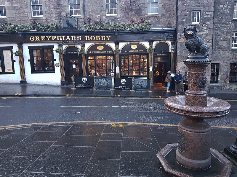 Edinburgh Greyfriars Bobby statue and pub © 2019 Scotiana